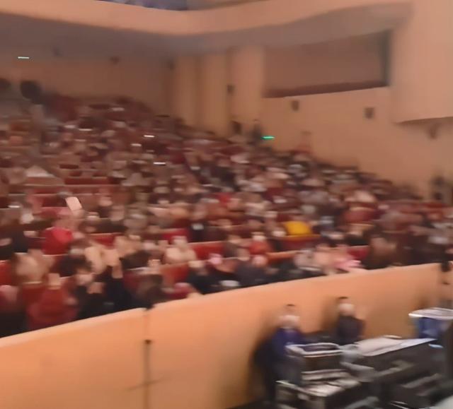刘晓庆再演少女_一身红衣婀娜,为答谢观众跪地 八卦 第10张