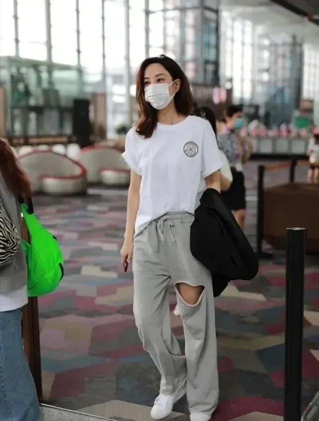 郑希怡身材比例堪比超模,黑色西装配破洞牛仔裤霸气!腿又直又细