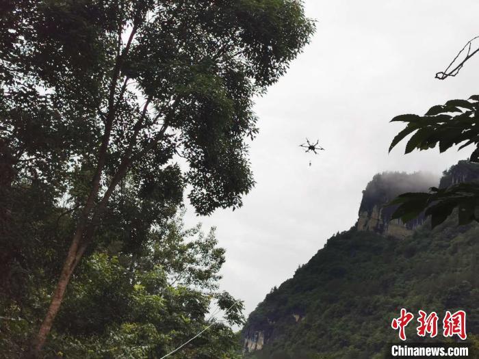 无人机将光缆牵引线送往目的地 王政 摄