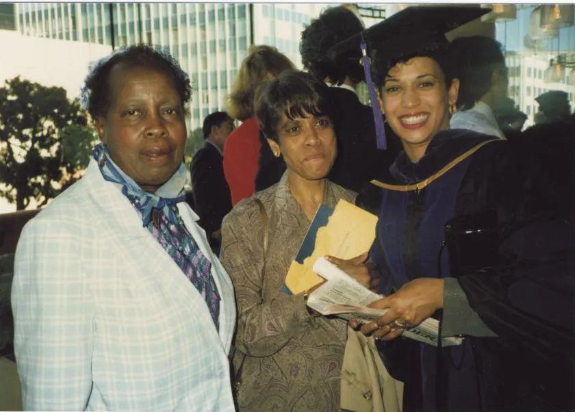 老师和母亲来参加哈里斯的毕业典礼。