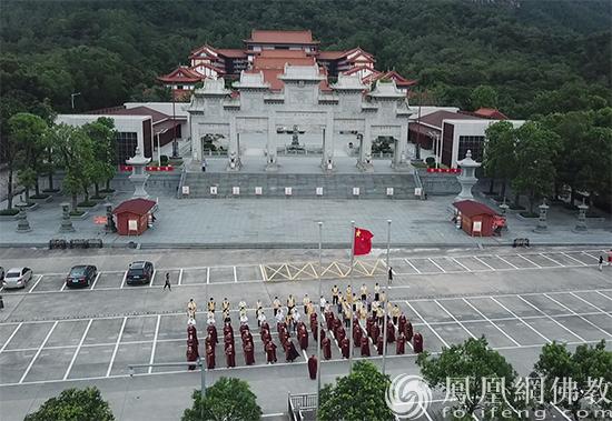 升国旗仪式(图片来源:凤凰网佛教 摄影:珠海普陀寺)