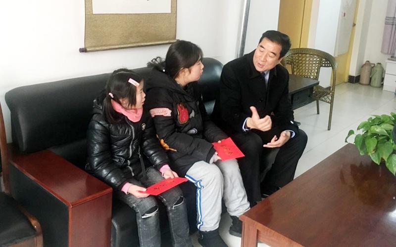 09电竞平台:合阳县委书记李县平走访慰问贫困学生