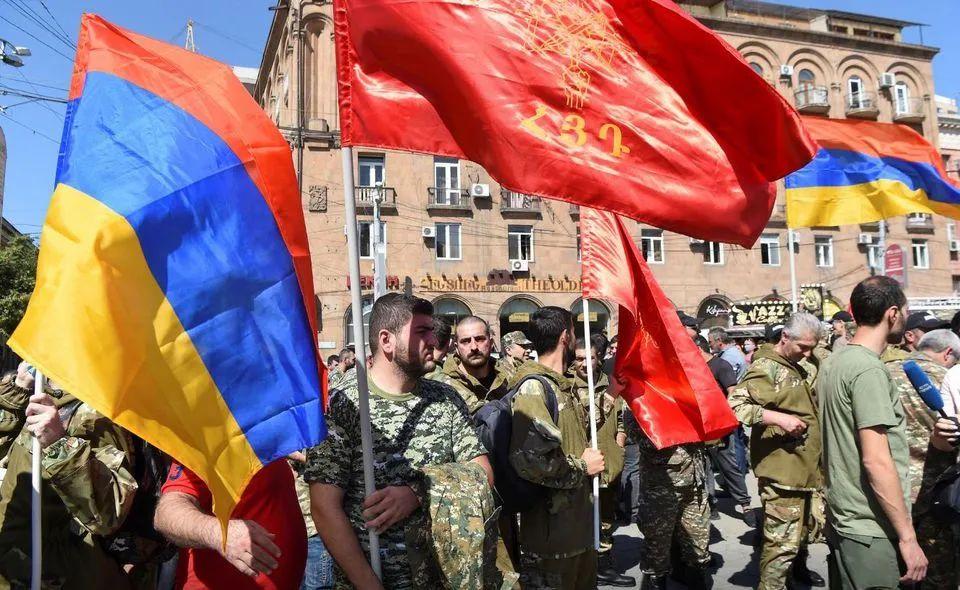 9月27日,亚美尼亚民众在首都埃里温参加志愿兵招募活动。图源:路透社