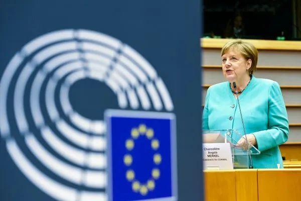 ▲7月8日,德国总理默克尔在比利时布鲁塞尔举行的欧洲议会全会上致辞。(新华社)