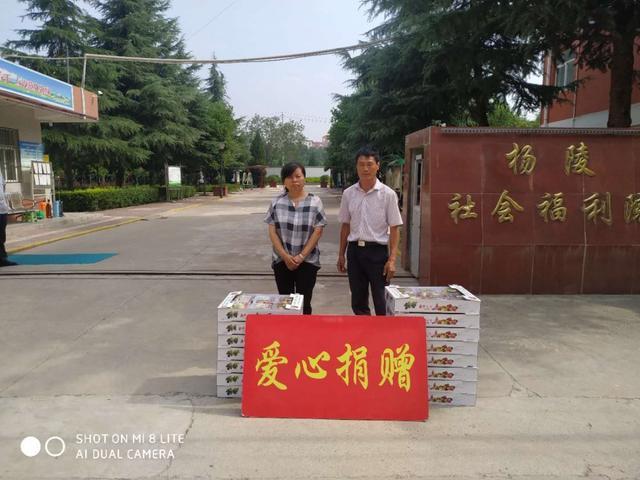 杨凌社会福利院付女士(左)和余云华(右)