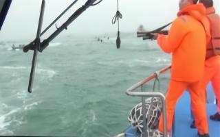 """台""""海巡""""开枪发射橡胶子弹扬言要吓阻大陆渔船""""越界"""""""