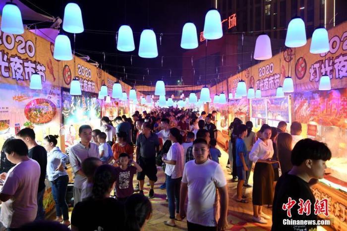 2020年9月12日,福建省福州市闽侯县西海岸广场夜市吸引大批市民前来游逛消费。 中新社记者 王东明 摄