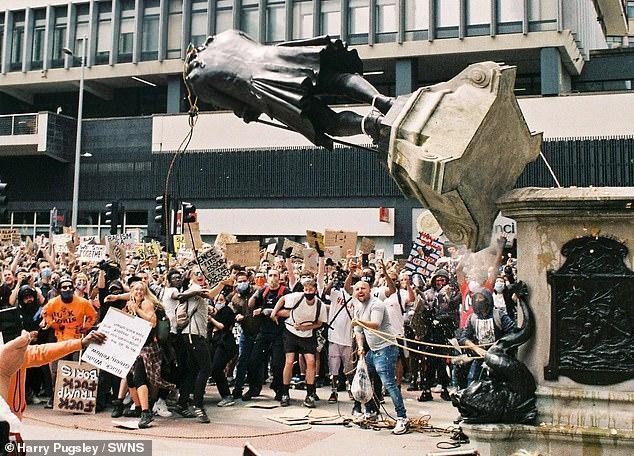 【重庆程雪柔公交车博客】_英国一博物馆馆长教抗议者溶解金属,疑似针对丘吉尔雕像