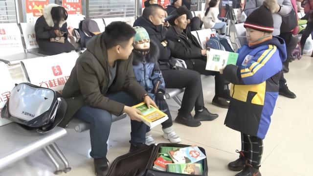 上学受资助,他买1箱书回家送留守娃