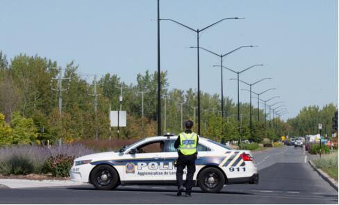 当地时间21日,加拿大警方在魁北克隆格伊封锁通往该公寓的街道 图源:RT