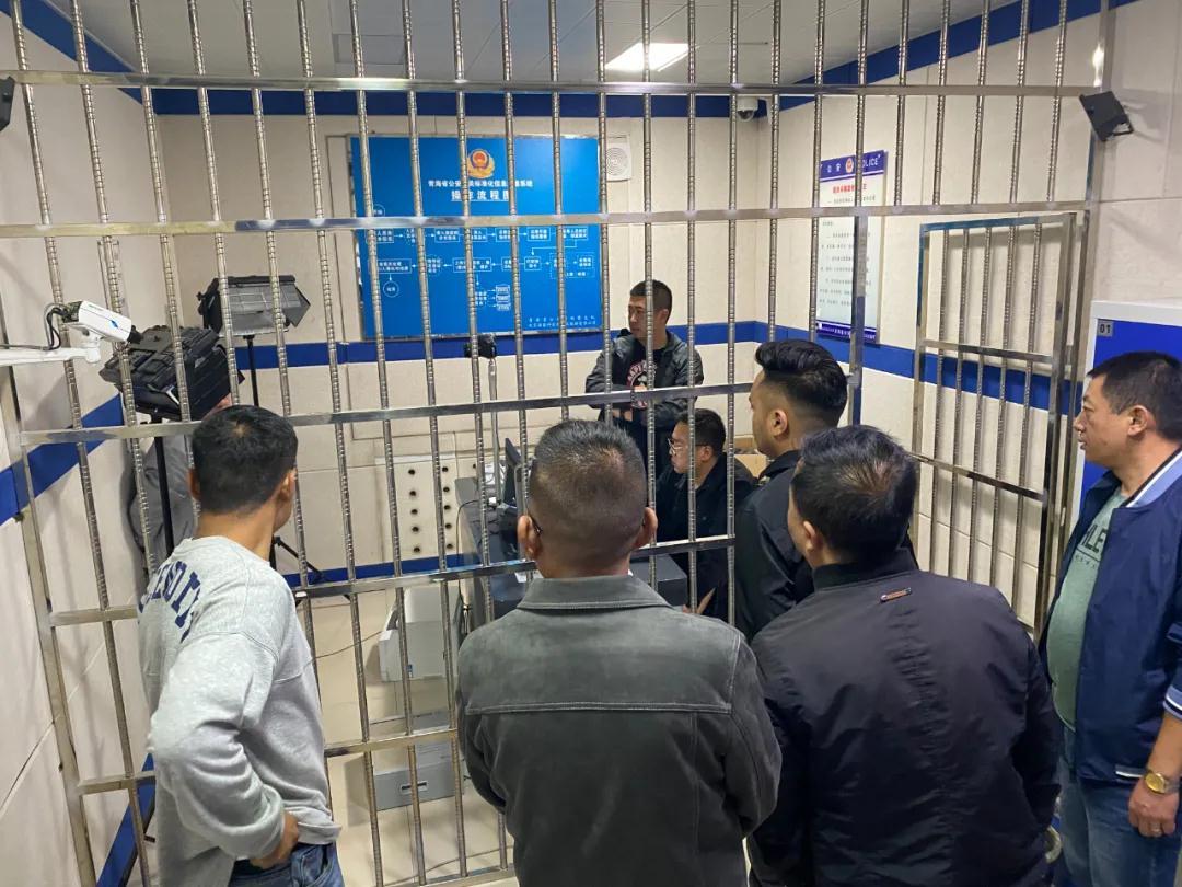 审讯犯罪嫌疑人。图片来源:青海公安