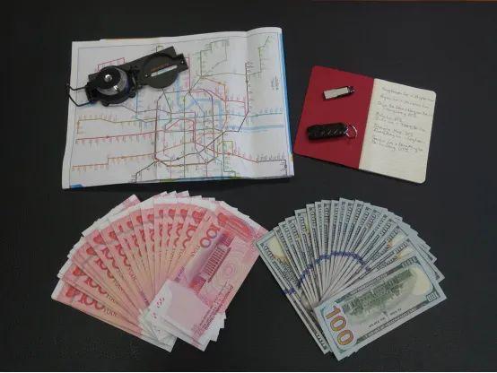从澳秘密情报局间谍身上起获的情报经费、间谍工具和地图