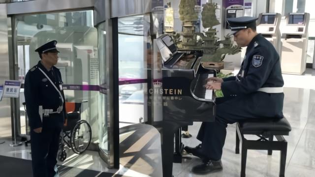 保安在银行大厅弹钢琴走红 领导让他每天弹