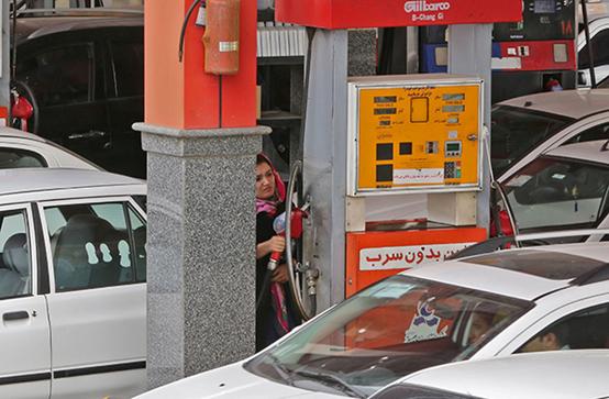 伊朗德黑兰,一名司机在加油站加油。