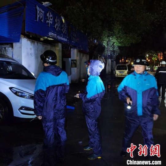 应急管理部门进行街头排查。 乐清市应急管理局供图 摄