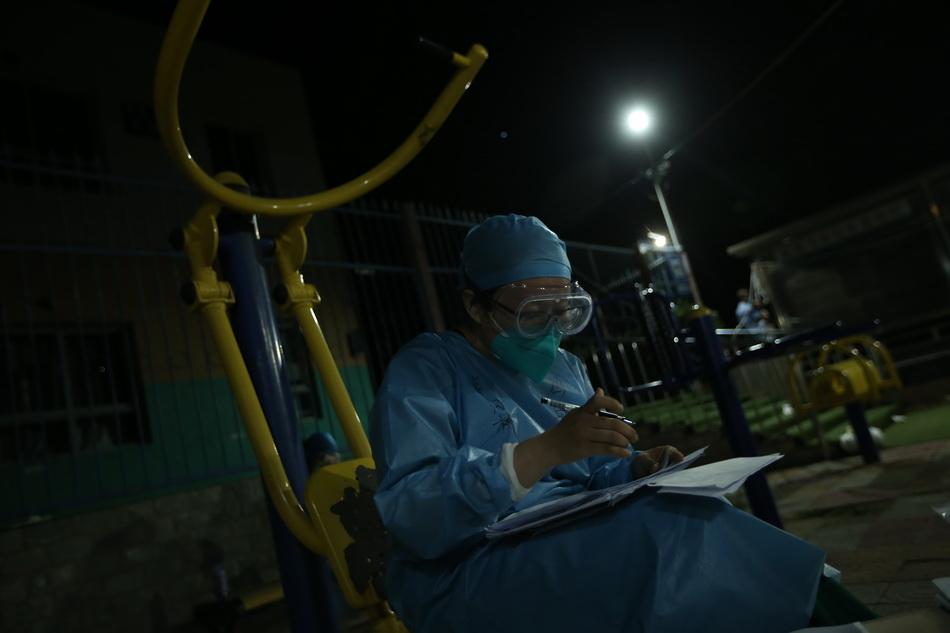 6月15日凌晨,北京丰台区新发地周边的风格与林小区对全体居民进行核酸检测。人民视觉 图