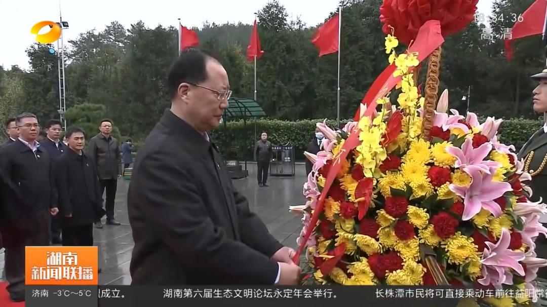 新任湖南省委副书记毛伟明,向毛泽东铜像敬献花篮