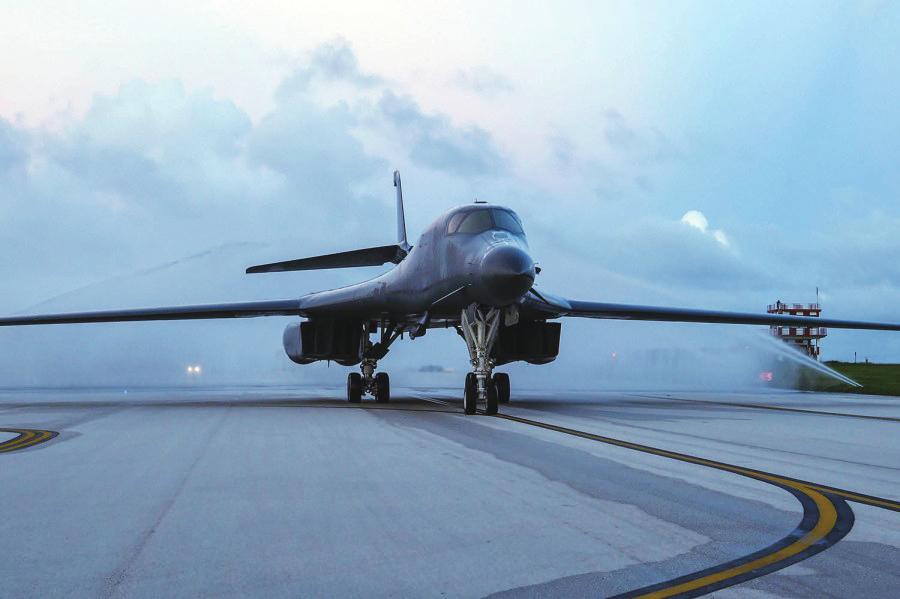 10月21日抵达关岛基地的B-1B轰炸机。