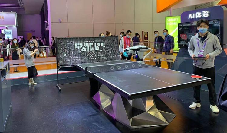 全球首台人工智能机器人乒乓球发球机庞伯特亮相进博会,体验者络绎不绝