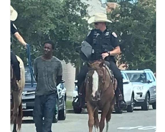 """【彩乐园2邀请码12340】_""""对我像奴隶!""""美国黑人被白人警察骑马牵着游街 索赔100万美元"""