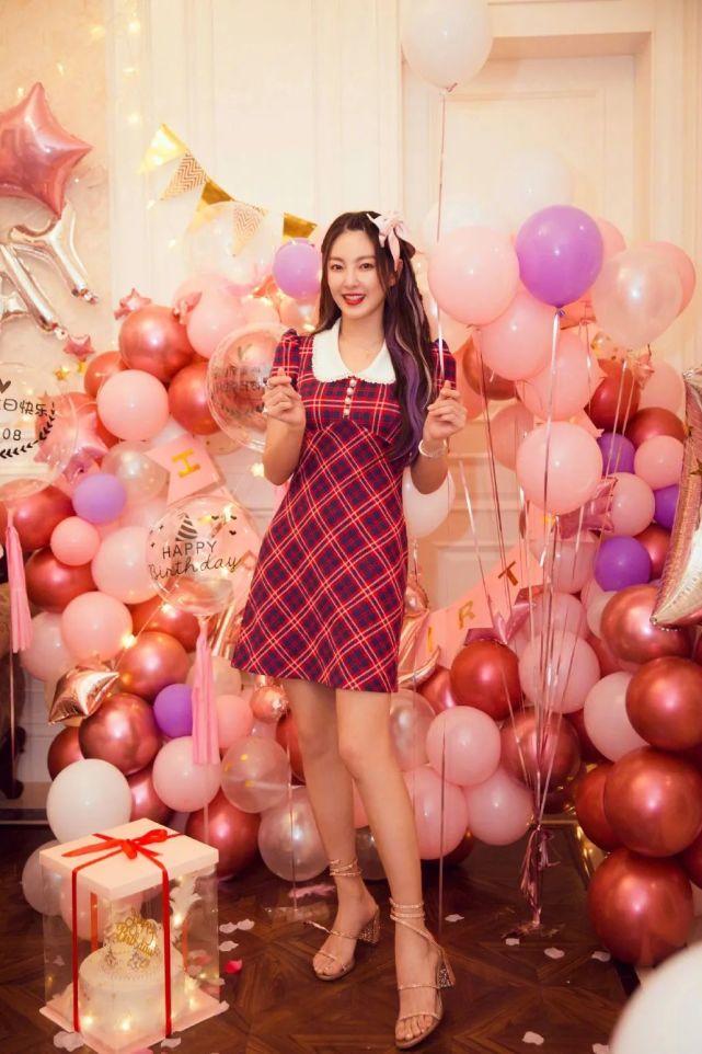 """张雨绮""""炫富""""过生日!穿格纹裙公主范十足,9999朵玫瑰太豪气"""