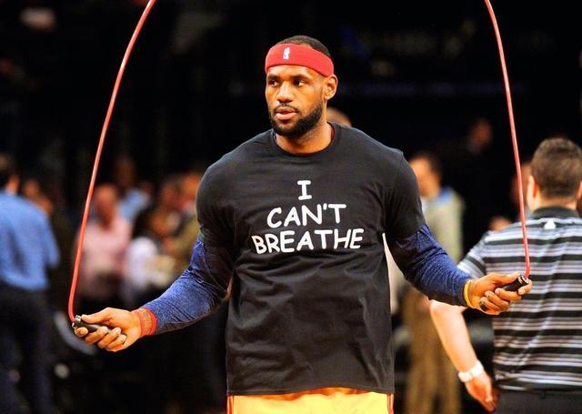 """詹姆斯當年穿上了""""我不能呼吸""""的黑色T恤。"""