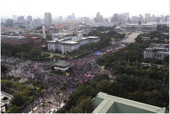 """岛内""""秋斗""""游行下午在凯道集结登场,台湾民众身穿黑衣反对民进党当局开放含瘦肉精美猪。图自联合新闻网"""