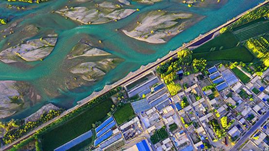 2020年8月26日,夕阳下的新疆开都河和静县段的美丽秋色。图   IC photo
