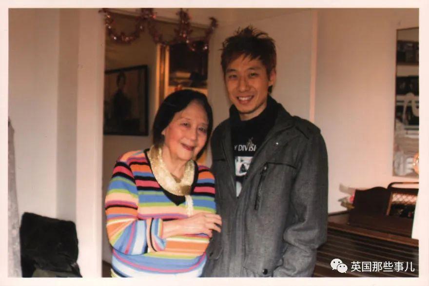 美国小哥翻出外婆生前相册,发现是中国超红歌星