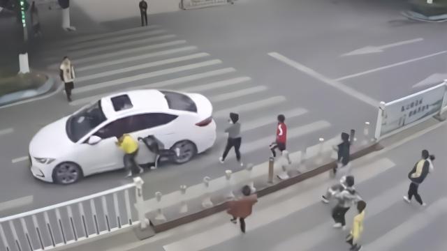 一群学生奔跑横过斑马线,两人被撞