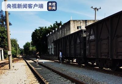 【挂黑链】_铁轨上摆拍火车被迫急刹 3名大学生被依法处罚