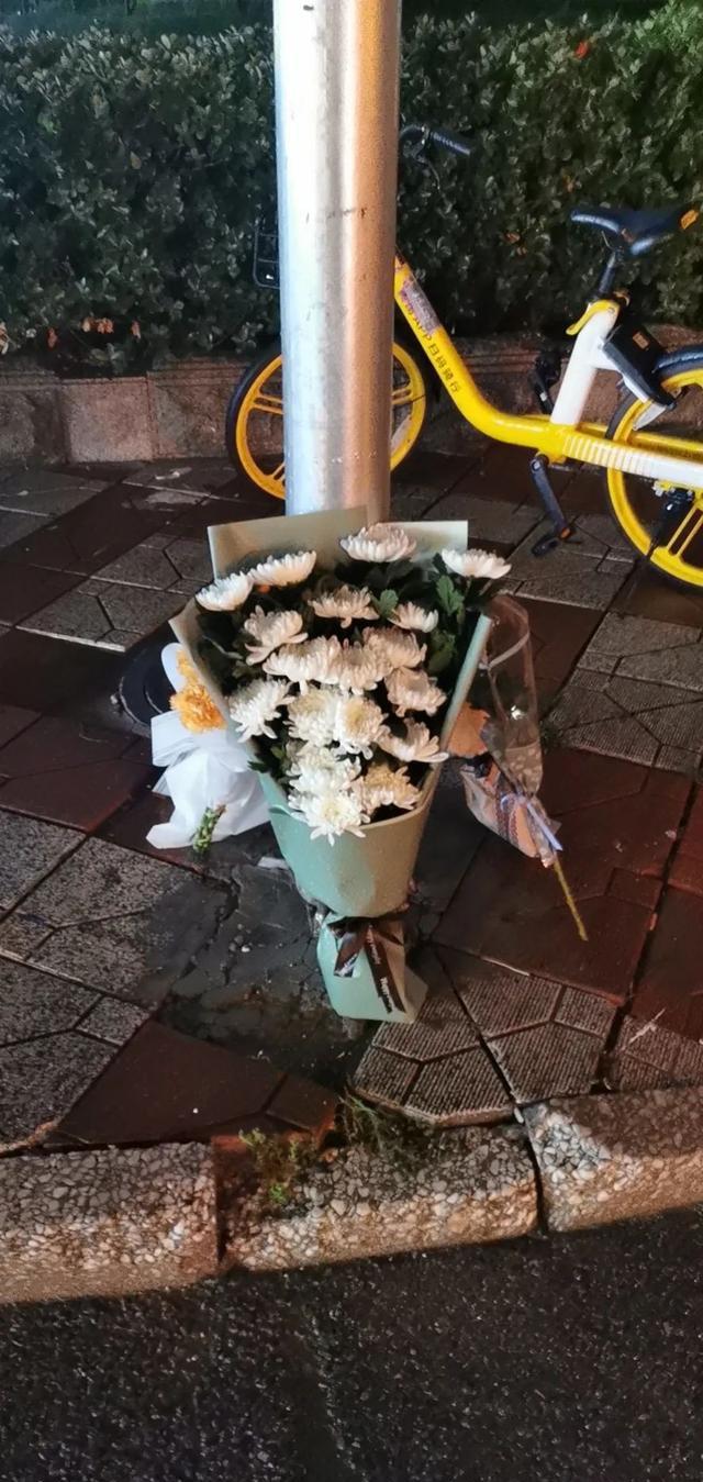 ▲12日晚,当地市民在女孩遇难地附近摆放的菊花。受访者供图