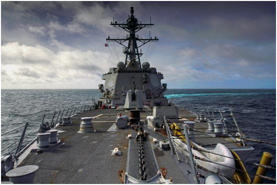 """""""哈尔西""""号驱逐舰8月30日通过台湾海峡时的画面"""