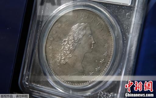 """图为布鲁斯·莫雷兰展示""""飘逸长发""""硬币。"""