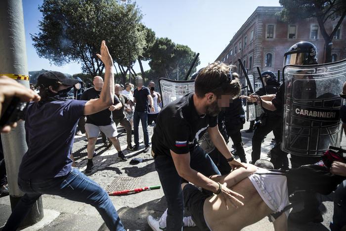 【天蝎网站推广优化】_意大利罗马爆发游行 示威者向警察投掷烟雾弹和炮竹