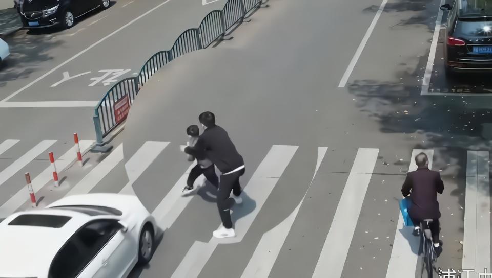 视频惊心!5岁男孩斑马线被撞瞬间,被一把拉回…