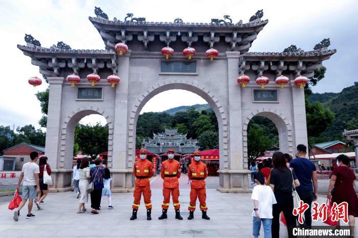 图为森林消防指战员在景区定点值守。漳州森林消防 供图
