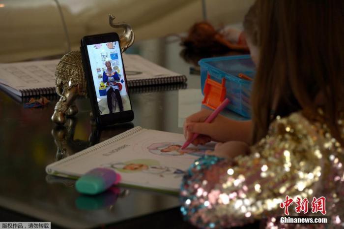 在西班牙,一名小女孩正在自己的网课时间。