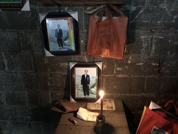 向家老宅在向文志遇害后多年无人居住,最近一旦有媒体造访,郑明秀就在房里摆上向文志的照片,点上蜡烛。