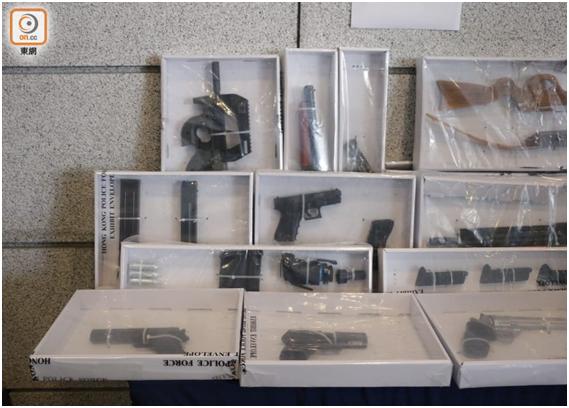 警方在其中一名被拘捕人住所,搜出大量仿制枪械