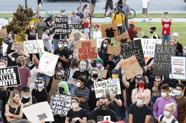 """【迪士尼国际网址dsn595com】_特朗普支持者大喊""""黑人的命不重要"""" 还朝抗议者咳嗽"""