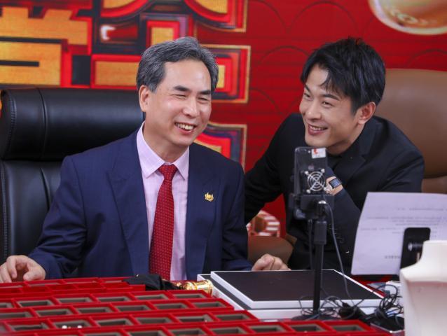 辛巴佟大为父亲节同框直播 周大生辛选珠宝节创下新纪录