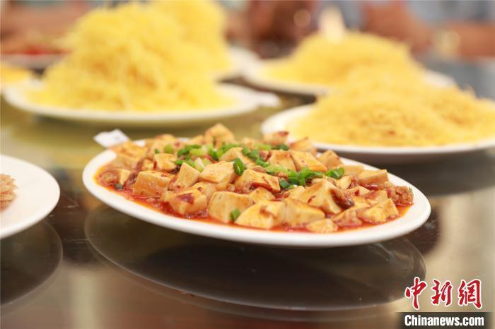 资料图:参赛厨师烹制的麻婆豆腐 任良 摄