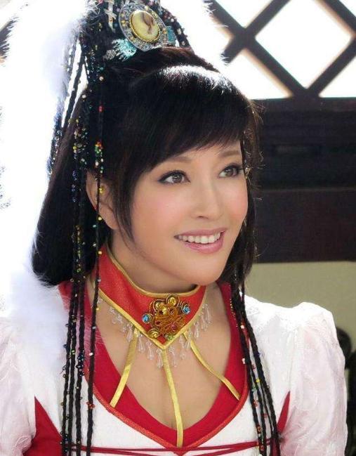刘晓庆再演少女_一身红衣婀娜,为答谢观众跪地 八卦 第15张
