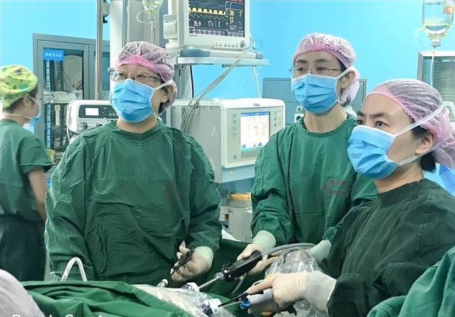 贺豪杰甘当助手,配合团队完成妇科恶性肿瘤手术