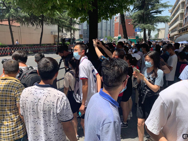 媒体和围观民众挤满了通道