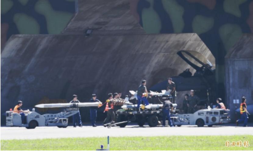 全台战机接力紧急升空警戒,地面人员则忙着挂弹补给。