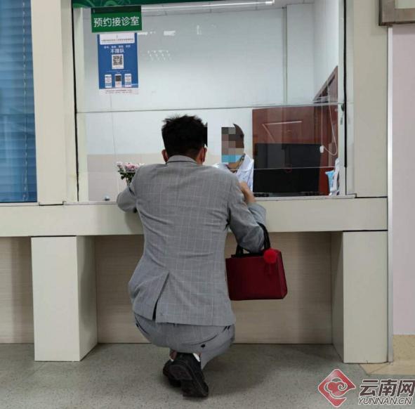 """【同一服务器网站】_云南大理州人民医院现""""跪式窗口""""?官方回应"""