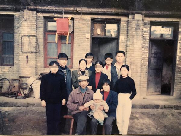 出事前,李玉前一家全家福,图中最右边的二人为李玉前和谢初明。