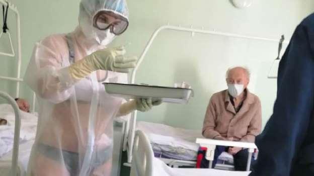 【比特时代交易平台】_俄网民力挺泳装护士:穿防护服工作不容易